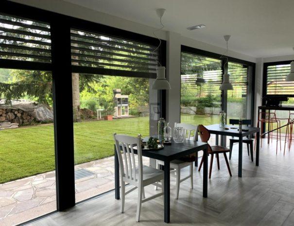 Sala colazioni e vetrata su alberi e giardino - Casa Ester appartamenti e camere Lago di Serraia